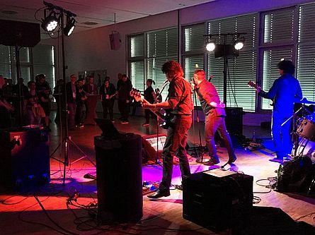 Band Karaoke Till Death vor Publikum